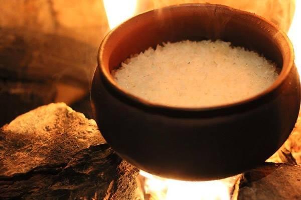 Cơm được nấu bằng niêu đất có độ dẻo và thơm hơn hẳn so với cơm nấu bằng nồi cơm điện