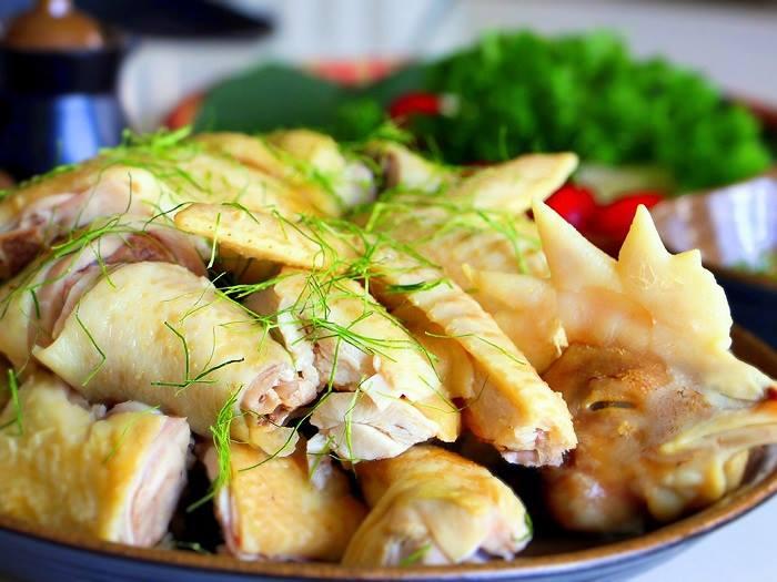 Món gà hấp muối hoàn thành đem chặt thành từng khúc, bày ra đĩa đẹp mắt.