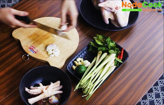 Sơ chế các loại gia vị, rau đi kèm khi hấp với gà.