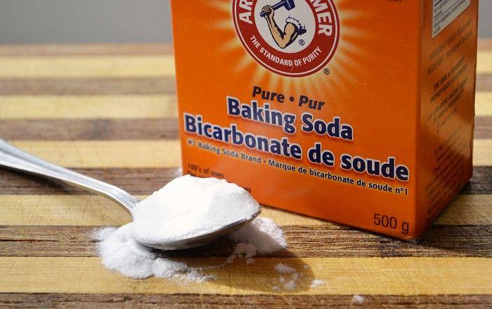 Sử dụng baking soda là cách thông dụng với nhiều gia đình.